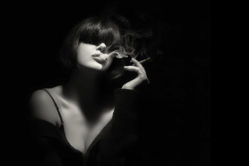タバコ女性