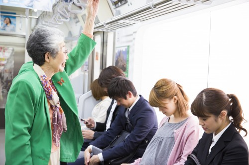 電車女性 Ushico / PIXTA(ピクスタ)
