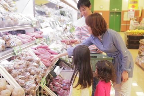 KAORU / PIXTA(ピクスタ)買い物家族スーパー