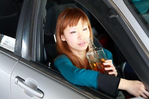 MM4 / PIXTA(ピクスタ)女性飲酒車