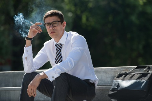 喫煙煙草サラリーマンスーツ