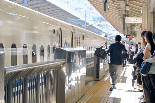 スミレ / PIXTA(ピクスタ) 新幹線駅