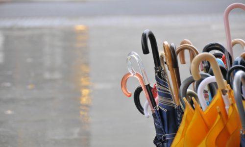 台風で飛んできた傘立てに当たってケガ!損害賠償請求はできる?