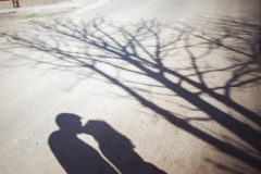 妻の浮気が原因で離婚…そんな時に妻は子どもの親権者になれる?